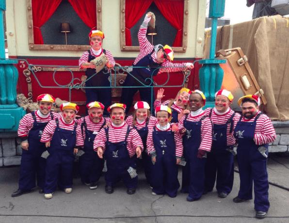 12 kleinwüchsige Performer beim Karneval in Aalst