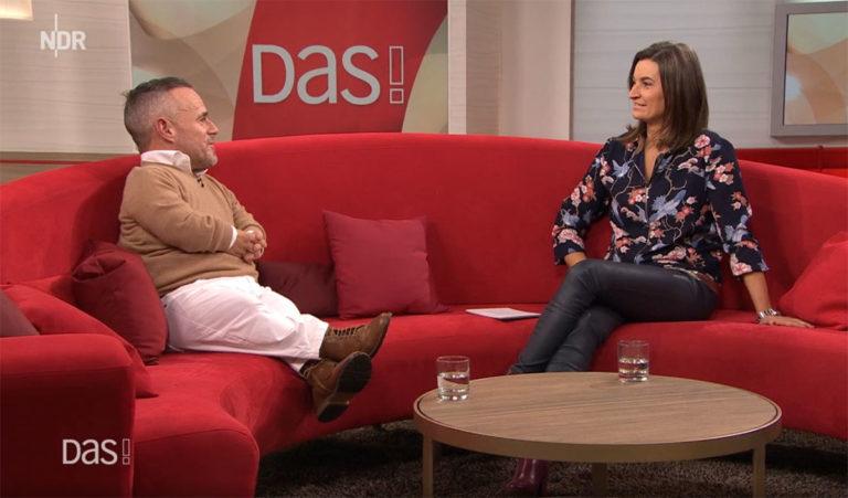 Peter Brownbill, Gast in der Sendung DAS! auf dem roten Sofa