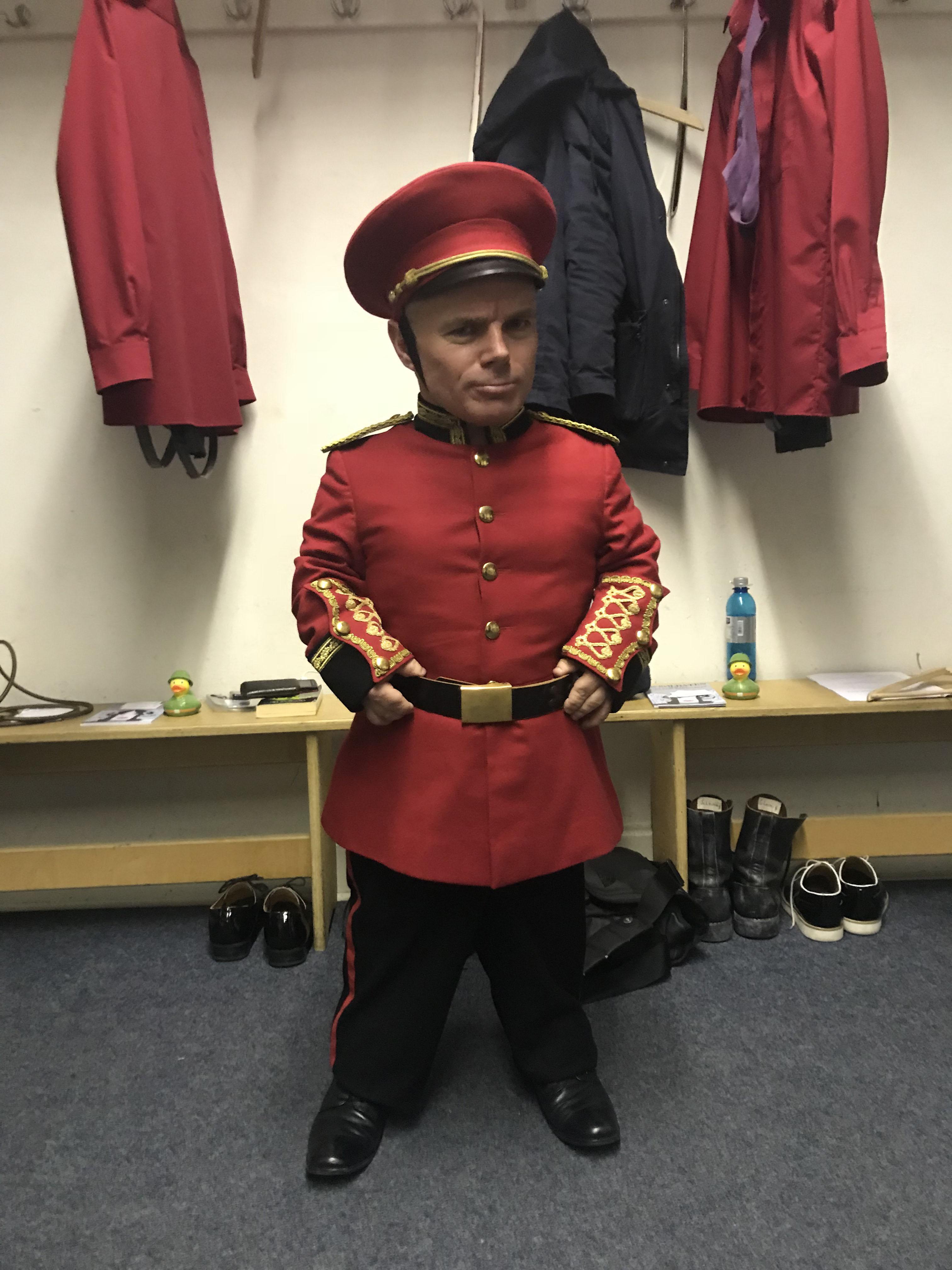 Peter Brownbill spielt in der Oper Die Soldaten