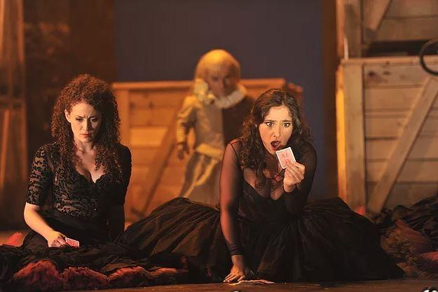 Peter Brownbill spielt in der Oper Carmen